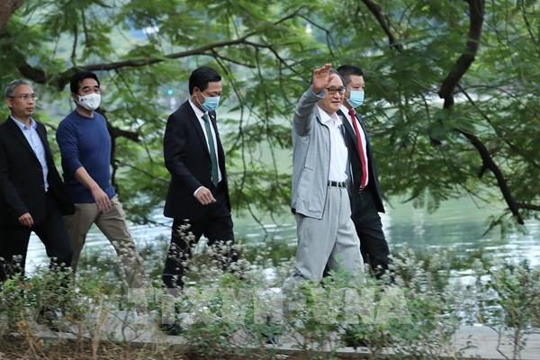 Thủ tướng Nhật Bản Suga Yoshihide đi dạo quanh Hồ Hoàn Kiếm