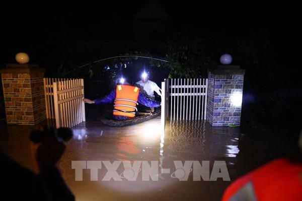 Lực lượng cứu hộ ứng cứu người dân bị cô lập ở Cẩm Xuyên