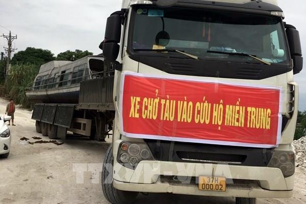 Mang tàu thủy từ Yên Bái vào giúp người dân miền Trung chống lũ