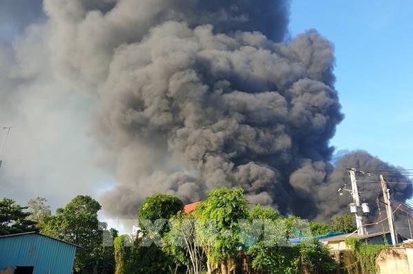 Bình Dương: Cháy Công ty xử lý môi trường, cả khu dân cư chìm trong khói đen
