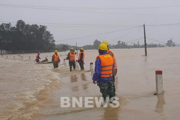 Điện lực Hà Tĩnh cấp điện trở lại sau mưa lũ