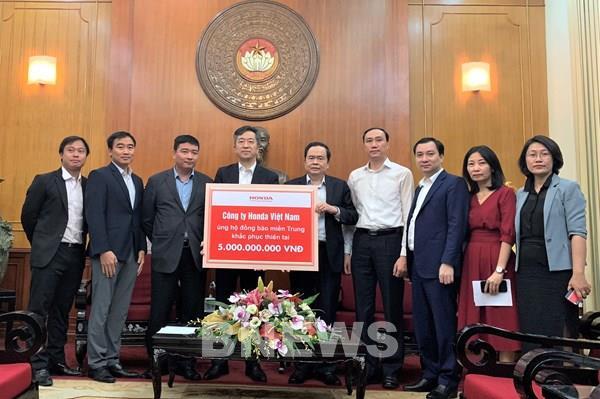 Honda Việt Nam hỗ trợ tiền mặt và thiết bị cho người dân các tỉnh miền Trung