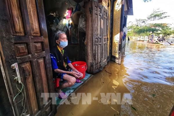 Nhiều xã ở Lệ Thủy vẫn bị nước lũ cô lập
