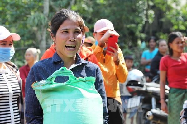 Niềm vui của đồng bào Vân Kiều khi nhận hàng cứu trợ sau 2 tuần bị cô lập