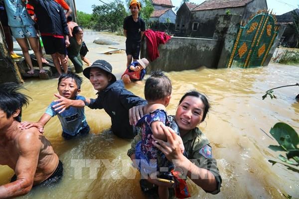Cứu trợ dân thôn Phú Thọ - nơi bị ảnh hưởng nặng nề nhất do lũ ở Lệ Thuỷ, Quảng Bình