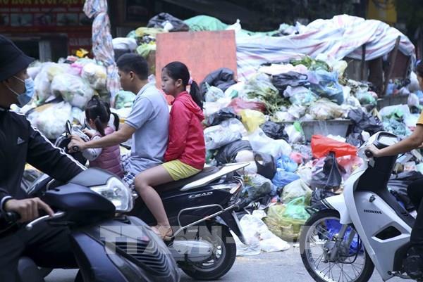Rác bủa vây nhiều đường phố ở Hà Nội
