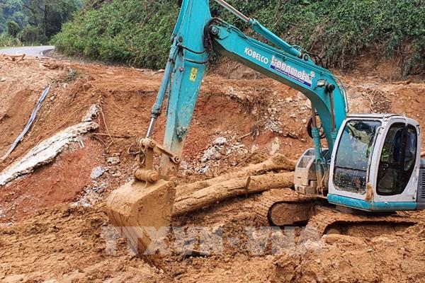 Quảng Bình: Xuyên đêm mở đường, thông tuyến chạy đua với bão số 8