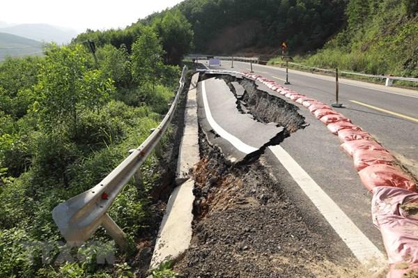 Nhiều tuyến đường bộ tại miền Trung vẫn đang tắc do sạt lở