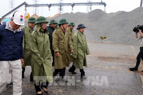 Phó Thủ tướng: Nhiệm vụ số một là bảo vệ tính mạng, tài sản của người dân trước bão số 9