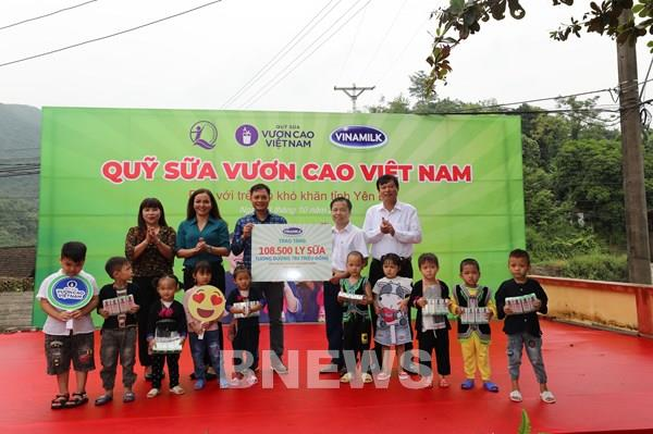 Vinamilk cùng Quỹ sữa Vươn cao Việt Nam mang lại niềm vui cho trẻ em Yên Bái