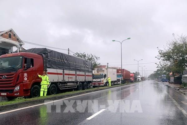 Bão số 9: Ô tô khách dừng tránh bão ở huyện Phú Lộc dài 4km