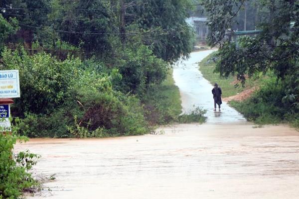 Năm xã của huyện Tu Mơ Rông (Kon Tum) bị cô lập do bão số 9