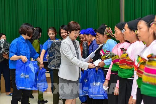Báo Tin Tức (TTXVN) tặng quà phụ nữ nghèo tại huyện miền núi Bá Thước, Thanh Hóa
