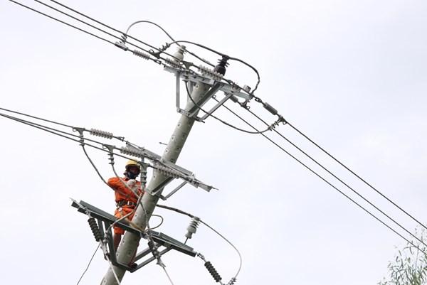 Phú Yên khắc phục sự cố, cấp điện lại cho 100% khách hàng sau bão số 9