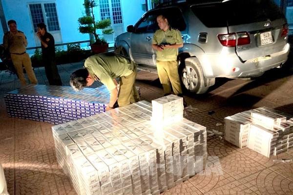 Tạm giữ ô tô vận chuyển 12.500 bao thuốc lá điếu nhập lậu