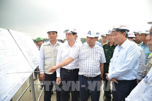 Phó Thủ tướng Trương Hòa Bình kiểm tra dự án nâng cấp đường băng Sân bay Tân Sơn Nhất