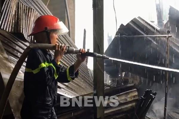 Cháy lớn 3 căn nhà ở làng lưới Thơm Rơm, Cần Thơ