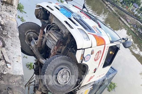 Ô tô tải đi vào đường cấm làm sập cầu dân sinh