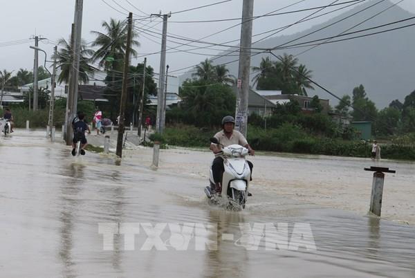 Hỗ trợ chuyển tải hành khách đi tàu tại ga Nha Trang qua khu vực ngập lụt