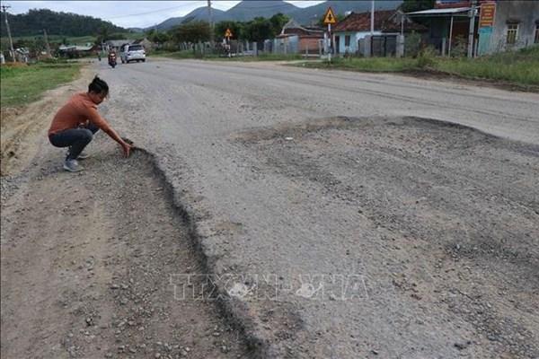 Khắc phục hư hỏng trên Quốc lộ 1A đoạn qua Quảng Trị
