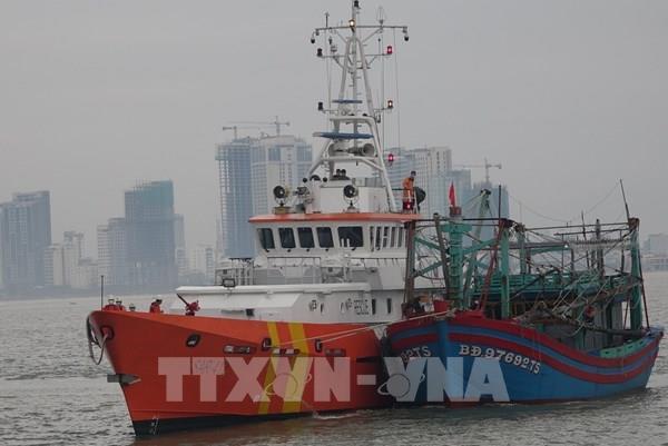Đưa 7 thuyền viên và lai dắt tàu cá bị nạn về bờ an toàn