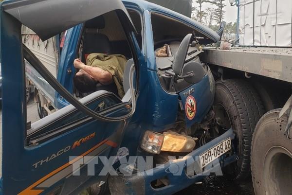 Xe tải va chạm xe container khiến giao thông ùn tắc hàng km