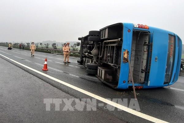 Xe khách bị lật trên cao tốc Nội Bài – Lào Cai