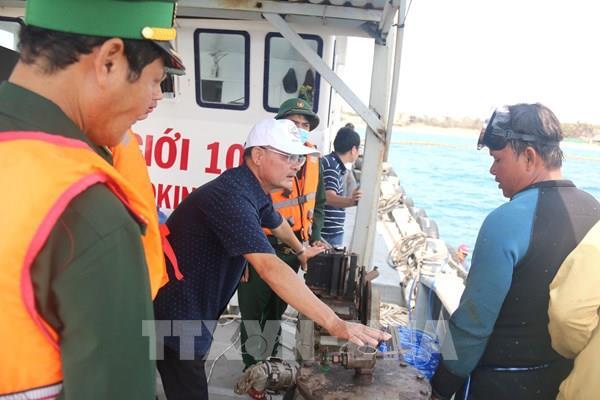 Gần 4.000 lít dầu DO lẫn nước được hút khỏi chiếc tàu chìm tại Mũi Né