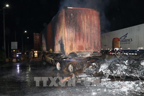 Xe chở hàng cháy rụi trên quốc lộ 1A, ách tắc giao thông trong nhiều giờ