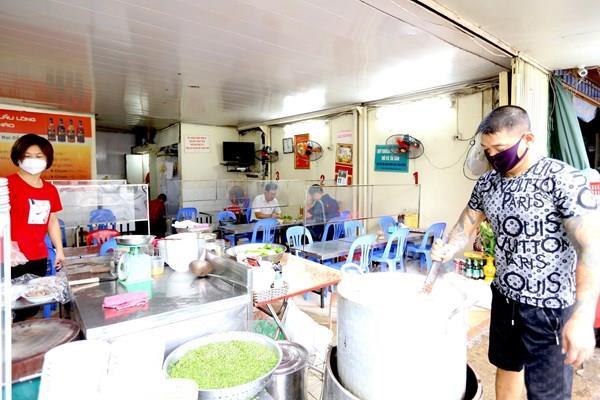 Hình ảnh ngày đầu hàng quán được mở cửa trở lại tại Hà Nội