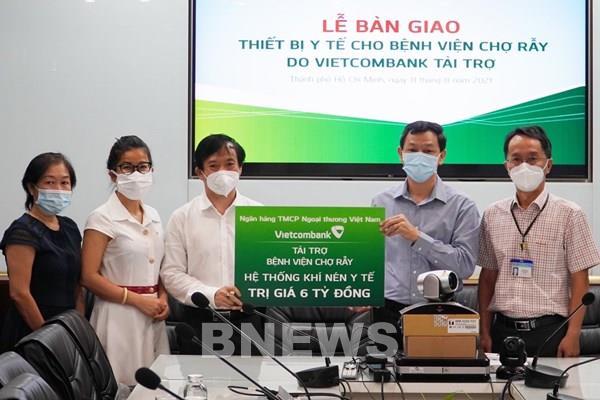 Vietcombank trao tặng 9 tỷ đồng trang thiết bị y tế cho BV Chợ Rẫy và BV Quân y 175