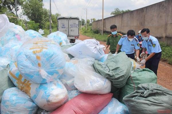 Phát hiện trên 1 tấn khẩu trang lỗi được tái chế kiếm lời