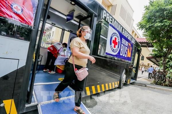 Chuyên gia y tế Malaysia khuyến nghị đeo hai khẩu trang cùng tấm chắn giọt bắn