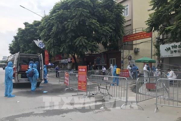 Hình ảnh tiếp tục di dời 900 công dân khu phong tỏa thuộc phường Thanh Xuân Trung