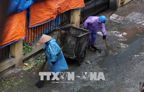 Người dân lao động ở Hà Nội chống chọi với giá rét - hình 4