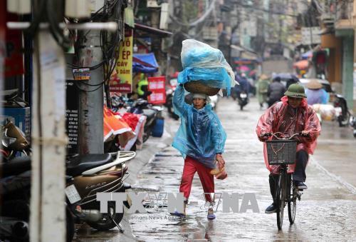 Người dân lao động ở Hà Nội chống chọi với giá rét - hình 10