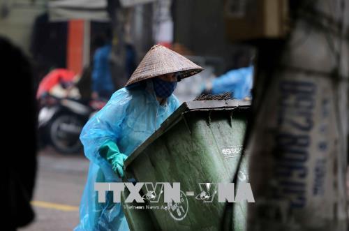 Người dân lao động ở Hà Nội chống chọi với giá rét - hình 12