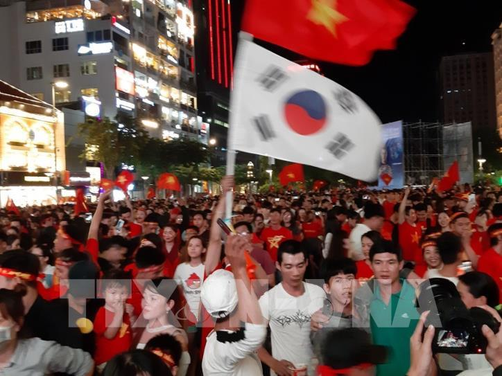 Cổ động viên vỡ òa niềm vui sau chiến thắng của tuyển Việt Nam - hình 0