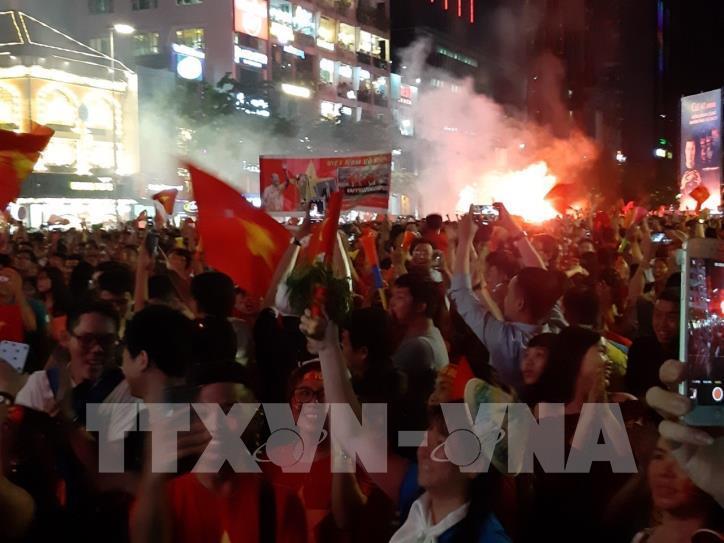 Cổ động viên vỡ òa niềm vui sau chiến thắng của tuyển Việt Nam - hình 1