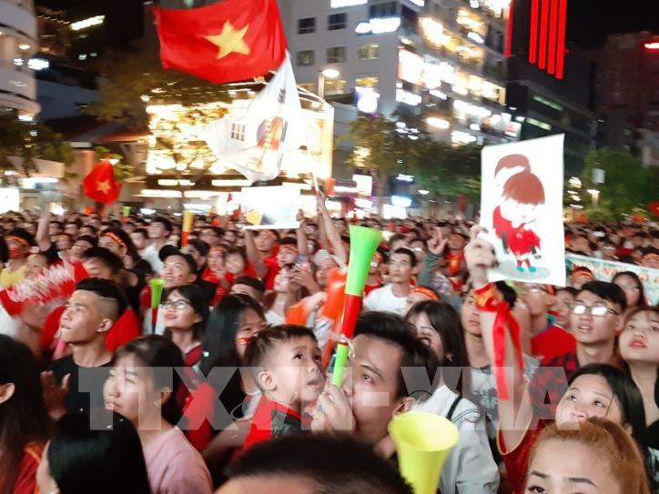 Cổ động viên vỡ òa niềm vui sau chiến thắng của tuyển Việt Nam - hình 2
