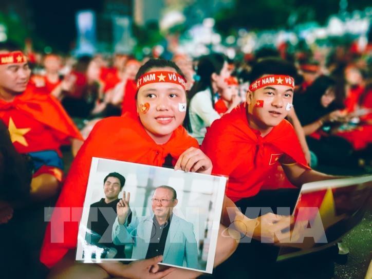 Cổ động viên vỡ òa niềm vui sau chiến thắng của tuyển Việt Nam - hình 4