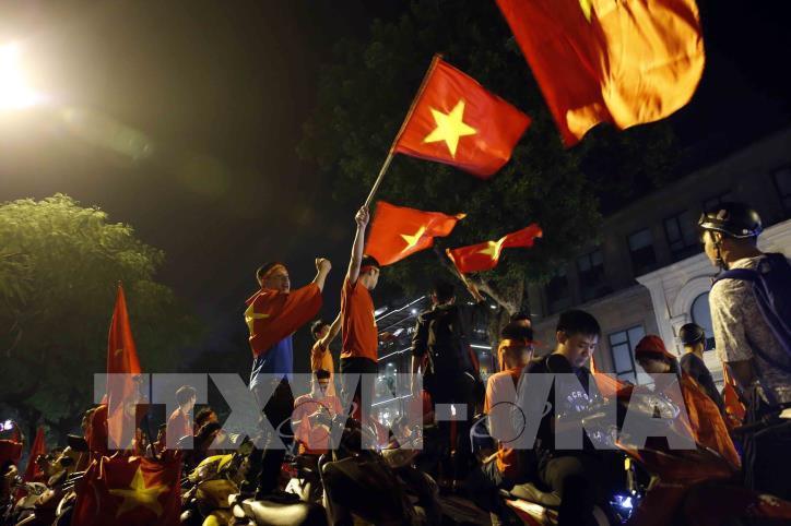 Cổ động viên vỡ òa niềm vui sau chiến thắng của tuyển Việt Nam - hình 5