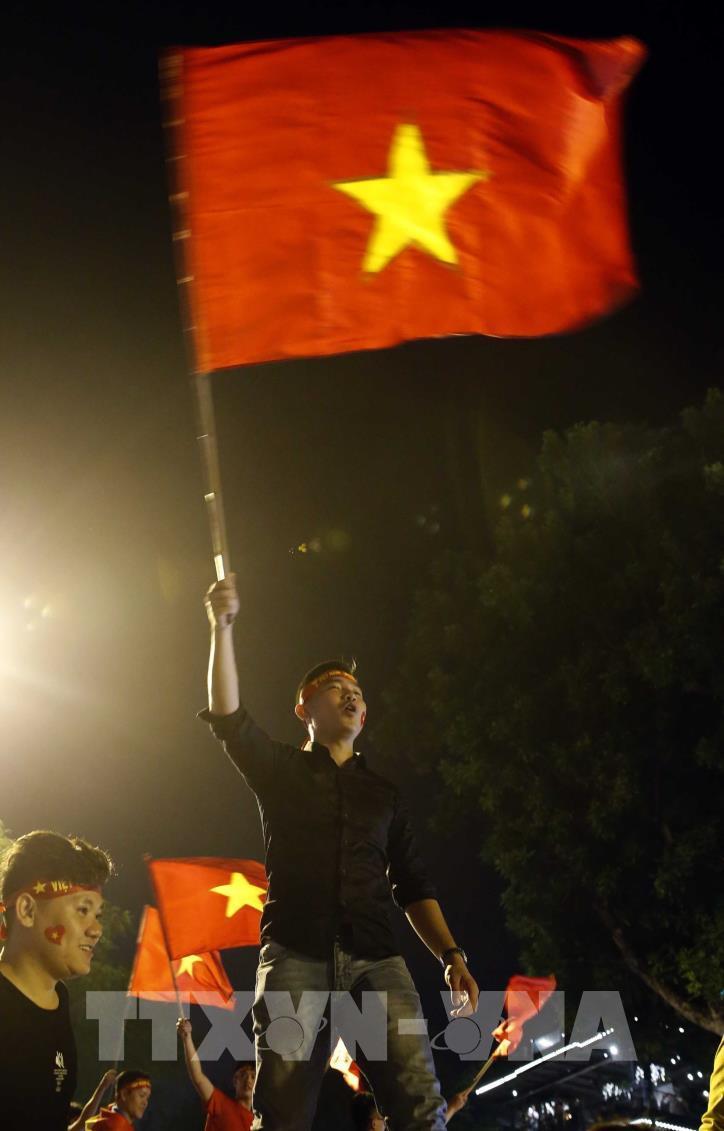 Cổ động viên vỡ òa niềm vui sau chiến thắng của tuyển Việt Nam - hình 6