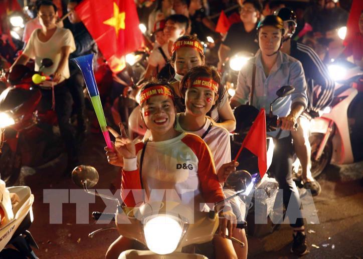 Cổ động viên vỡ òa niềm vui sau chiến thắng của tuyển Việt Nam - hình 7