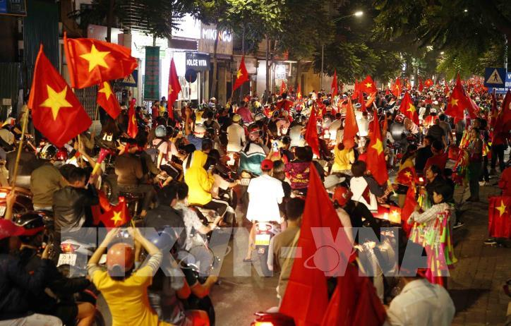 Cổ động viên vỡ òa niềm vui sau chiến thắng của tuyển Việt Nam - hình 8