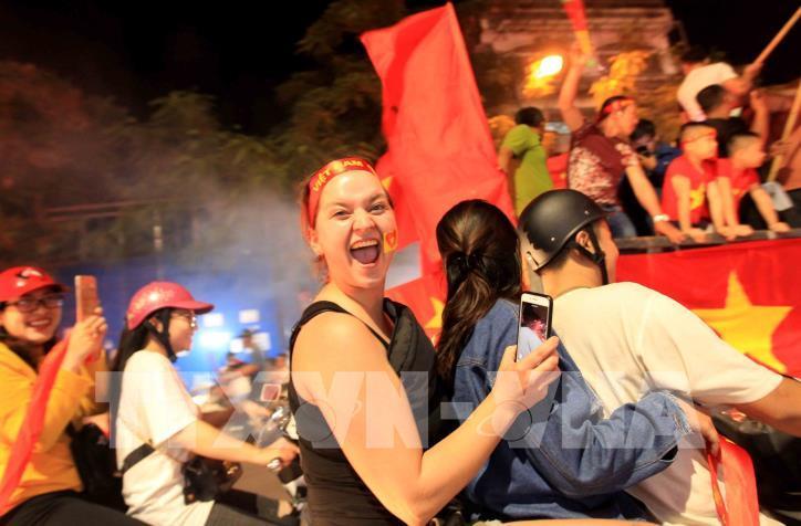 Cổ động viên vỡ òa niềm vui sau chiến thắng của tuyển Việt Nam - hình 9