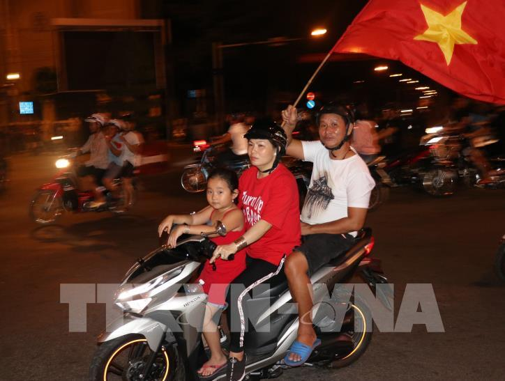 Cổ động viên vỡ òa niềm vui sau chiến thắng của tuyển Việt Nam - hình 11