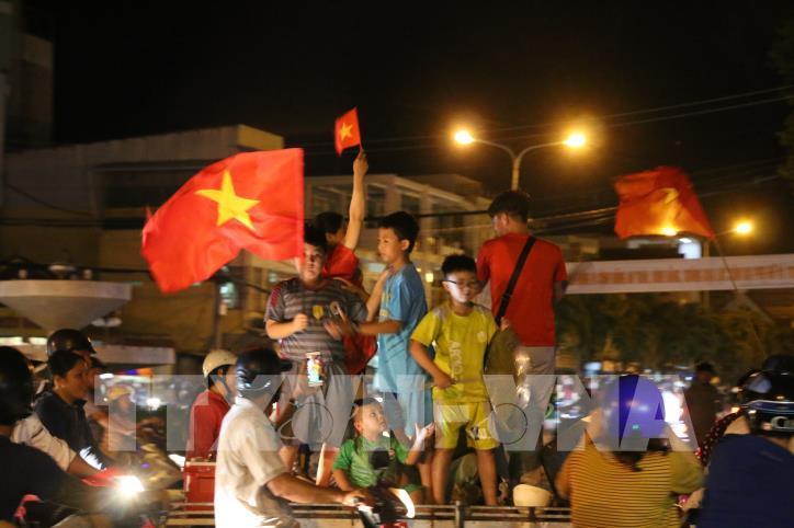Cổ động viên vỡ òa niềm vui sau chiến thắng của tuyển Việt Nam - hình 12