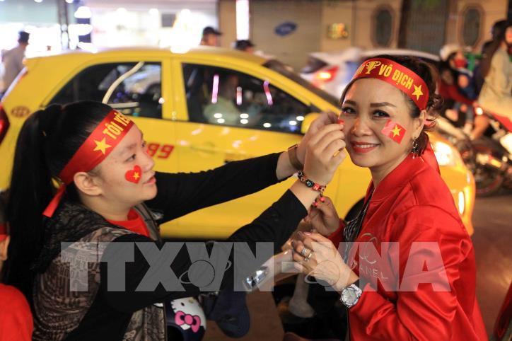Cổ động viên vỡ òa niềm vui sau chiến thắng của tuyển Việt Nam - hình 13