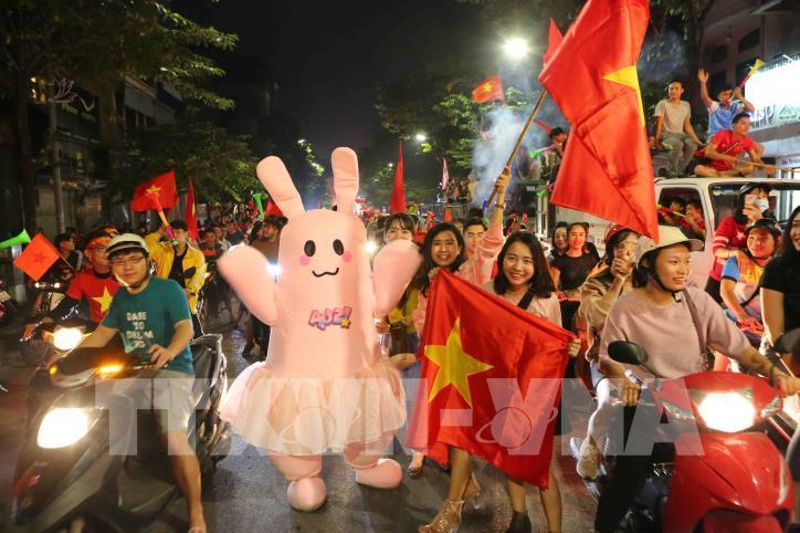 Cổ động viên vỡ òa niềm vui sau chiến thắng của tuyển Việt Nam - hình 15